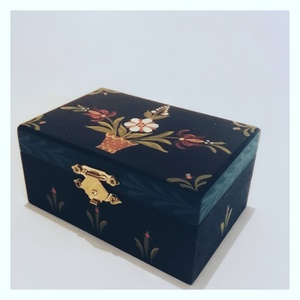 Festett dobozka, Otthon & Lakás, Dekoráció, Díszdoboz, Festett tárgyak, Festett ékszeres dobozka, amely\nbelül is festett.\nAjánlom anyák napjára, de bármilyen alkalom kedves..., Meska