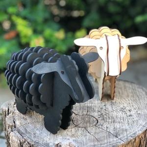 Fa bárányok, fekete és natúr színben, Dekoráció, Otthon & lakás, Képzőművészet, Szobor, Fa, Famegmunkálás, Festett tárgyak, Kézzel vágott, minden felületén kézzel csiszolt fa bárányok. Párban kerülnek értékesítésre. Mérete 1..., Meska
