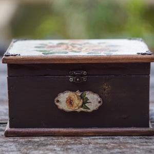 Rózsás romantika- nosztalgia ládikó, rusztikus stílusban, Lakberendezés, Otthon & lakás, Tárolóeszköz, Doboz, Láda, Festett tárgyak, Decoupage, transzfer és szalvétatechnika, Romantikus stílusban rózsákkal díszített fa ládika a vintage kedvelőinek. \nA dobozt repesztéssel, cs..., Meska