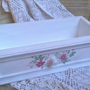 Vintage virágos fehér fiók-Rendelhető, Szekrény, Bútor, Otthon & Lakás, Decoupage, transzfer és szalvétatechnika, Dekoratív tároló a vintage jegyében. Az otthonod szép dísze lehet vagy ajándék is lehet.\nVirágládána..., Meska