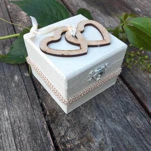 Két Szív- Esküvői gyűrűtartó dobozka- esküvői, doboz, vintage doboz, Dekoráció, Otthon & lakás, Húsvéti díszek, Ünnepi dekoráció, Esküvő, Gyűrűpárna, Festett tárgyak, Egyedi vintage stílúsú dobozka, belsejében a gyűrűket a szalagra helyezheted.\nA szívek belsejébe a n..., Meska