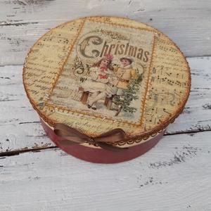Karácsonyi sütik- karácsonyi ajándékdoboz, nosztalgikus ajándék, Otthon & lakás, Naptár, képeslap, album, Ajándékkísérő, Dekoráció, Esküvő, Decoupage, transzfer és szalvétatechnika, Különleges kerek doboz egy különleges alkalomra.\n\nAjándék átadására, de szép dekoratív dísz lehet a ..., Meska