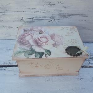 Rózsás nosztalgia doboz- Ékszertartó, esküvői ajándék doboz,, Otthon & lakás, Lakberendezés, Tárolóeszköz, Doboz, Láda, Festett tárgyak, Decoupage, transzfer és szalvétatechnika, Romantikus stílusban rózsákkal díszített fadoboz a vintage kedvelőinek. \nA dobozt decoupage techniká..., Meska