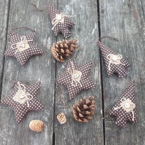 Csillagok és fenyők-Barna natúr karácsonyi country dekoráció, díszek , Otthon & Lakás, Karácsony & Mikulás, Karácsonyfadísz, Varrás, Natúr stílus kedvelőinek készítettem ezeket az akasztós díszeket, fa kiegészítőkkel. Barna -fehér pö..., Meska