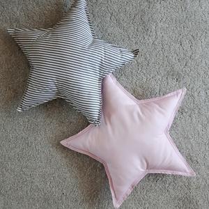 Csillag párna párban rózsszín- szürke babaszobai, gyerekszobai dekoráció, Otthon & lakás, Dekoráció, Ünnepi dekoráció, Húsvéti díszek, Varrás, Vidám,   színösszeállításban csillag alakú párnát készítettem a gyerek szobába alváshoz vagy díszíté..., Meska
