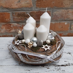 Fehér karácsony- Adventi koszorú,  karácsonyi  dekoráció, karácsonyi  asztali dísz, Otthon & Lakás, Karácsony & Mikulás, Karácsonyfadísz, Virágkötés, Fények az ünnepi  karácsonyi asztalon. \nRusztikus stílus kedvelőinek készítettem ezt az egyedi adven..., Meska