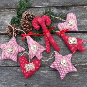 Piros-fehér karácsonyi country dekoráció, díszek , Otthon & Lakás, Karácsony & Mikulás, Karácsonyfadísz, Varrás, Hagyományos karácsonyi színekben készültek country stílusú díszem.\nLegyenek hangulatos adventi dísze..., Meska