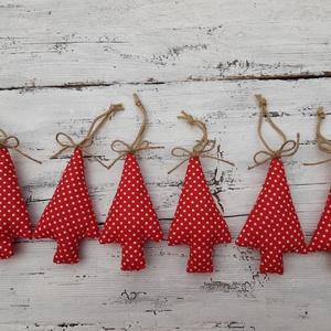 Piros fenyőfák- karácsonyi dekoráció, akasztós díszek, ajándékkísérők, Otthon & Lakás, Karácsony & Mikulás, Karácsonyfadísz, Varrás, Hagyományos karácsonyi színekben készültek country stílusú díszem. Aranyzsineg akasztót varrtam rá é..., Meska