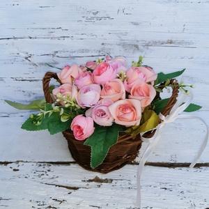 Boglárkák és rózsák- tavaszi asztali dísz- húsvéti dekoráció, ajándék, Otthon & Lakás, Dekoráció, Ajtódísz & Kopogtató, Virágkötés, Kis kosárkába kerültek ezek a rózsaszínű selyem boglárkák és a habrózsák.\n\nTavaszi, vidám hangulatú ..., Meska