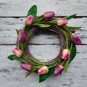 Tulipános koszorú, tavaszi kopogtató, dekoráció, Otthon & Lakás, Dekoráció, Ajtódísz & Kopogtató, Virágkötés, Tavaszi, és ünnepi ajtódísz.\nÉlethű gumi tulipánokkal és  selyem tulipánokkal díszítettem a vesszőko..., Meska