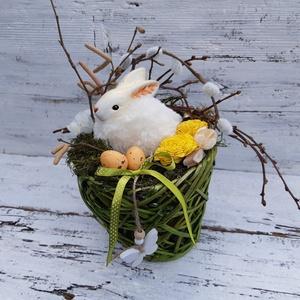 Nyuszi ül a fűben, nyuszi fészek- tavaszi, húsvéti asztali dísz, dekoráció, Otthon & Lakás, Dekoráció, Asztaldísz, Virágkötés, Húsvéti , tavaszi hangulatú asztali dísz.\n\nA vessző fonatú kaspóba kerámia nyuszit helyeztem, melyet..., Meska