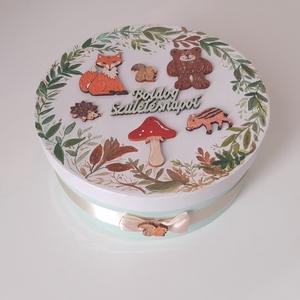 Erdei állatok-Egyedi, Születésnapi doboz- Rendelhető ajándék doboz babalátogatóba, névnapra, Ballagásra is , Otthon & Lakás, Tárolás & Rendszerezés, Doboz, Decoupage, transzfer és szalvétatechnika,         \nRendelhető ajándékdoboz. Személyreszóló különleges egyedi, kerek doboz, mely kézi festéssel..., Meska