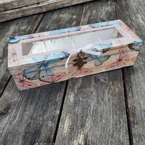 Pillangók  -üvegtetős rekeszes tároló doboz, ékszesnek, teásnak, Doboz, Tárolás & Rendszerezés, Otthon & Lakás, Decoupage, transzfer és szalvétatechnika, Romantikus hangulatú doboz., melyet rózsaszín és kékszárnyú pillangók díszítenek.\nAjánékként is adha..., Meska