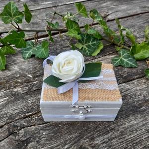 Fehér rózsás Esküvői dobozka, gyűrűtartó vintage doboz, gyűrű doboz, Gyűrűtartó & Gyűrűpárna, Kiegészítők, Esküvő, Decoupage, transzfer és szalvétatechnika, A csodás nagy napotok különleges pillanatához készítettem el ezt vintage hangulatú dobozkát. \n\n Fehé..., Meska