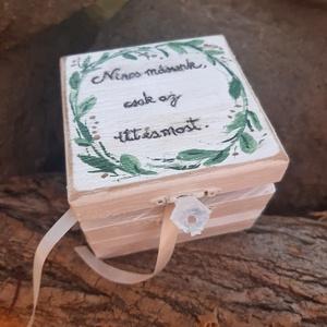 ÚJ!!!Zöld indás idézetes  Esküvői dobozka, kézi festett doboz, gyűrű doboz, Esküvő, Kiegészítők, Gyűrűtartó & Gyűrűpárna, Decoupage, transzfer és szalvétatechnika, A csodás nagy napotok különleges pillanatához készítettem el ezt vintage hangulatú dobozkát. \nA dobo..., Meska