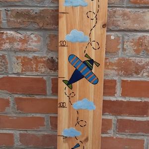 Repülős magasságmérő gyerekszobai dekoráció, babaszobai dekoráció, fali magasságmérő, Játék & Gyerek, Babalátogató ajándékcsomag, Festett tárgyak, Varrás, Ezen a repülős  kézzel festett és pirográffal rajzolt magasságmérőn könnyen  nyomon \n követhető a gy..., Meska