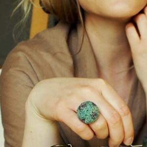 Tavasz gyűrű, Statement gyűrű, Gyűrű, Ékszer, Varrás, A gyűrűt festett kenderzsinegből készítettem.\nA gyűrű alapja antikolt bronz,állítható gyűrűalap.\nA k..., Meska