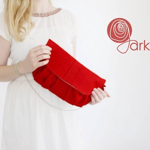 Piros gyapjúfilc táska, Táska & Tok, Kézitáska & válltáska, Vállon átvethető táska, Varrás, \nPiros színű gyapjúfilc táska, belsejében piros pöttyös textillel.\nMéret:31cmx18cm\n\n, Meska