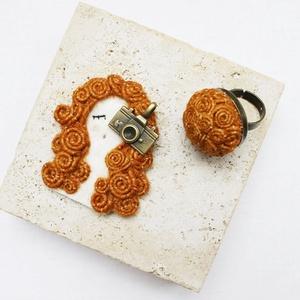 Fotós lány bross, gyűrűvel, Ékszerszett, Ékszer, Varrás, A bross és a gyűrű narancs színre festett kenderből készült...\nA bross mérete 4,5cmx7cm\nA gyűrű mére..., Meska