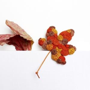 Őszi falevél bross, Ékszer, Kitűző & Bross, Varrás, Őszi falevél bross, piros, barna és narancs színű kenderből.\nMéret: 9cm + a szára, Meska