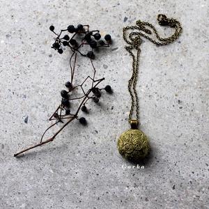 Zöld medál,bronzzal, Hosszú nyaklánc, Nyaklánc, Ékszer, Varrás, Festett kenderzsinegből készült a medál, bronz kiegészítőkkel.\nMéret: 3 cm, Meska