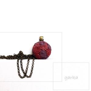 Mályva-lila nyaklánc, Ékszer, Nyaklánc, Medál, Varrás, Mályva-lila színű kenderből készítettem a medált, antik bronz kiegészítőkkel...\nMéret: 3cm\n..., Meska