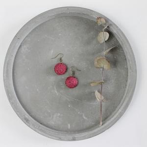 Málna fülbevaló, Ékszer, Fülbevaló, Varrás, Málna színű  kenderből készült a fülbevaló, bronz színű alappal.\nA kör mérete 1,5 cm.\nRendelhető más..., Meska
