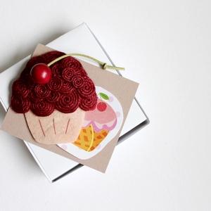 Muffin kitűző, Ékszer, Kitűző, bross, Varrás, Meggyes muffin kitűző, kenderből, filcből, fa gyönggyel.\nMéret: 7cm\nRendelhető más színben, más mére..., Meska