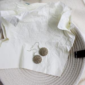 Natúr fülbevaló, Ékszer, Fülbevaló, Ékszerkészítés, Varrás, Natúr kender fülbevaló, ezüst színű alappal.\nMéret: 2cm + akasztó, Meska