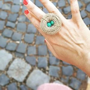 Madárfészek gyűrű, Ékszer, Gyűrű, Kerek gyűrű, Varrás, Ékszerkészítés, Madárfészek gyűrű, natúr kenderből, fa tojásokkal.\nMéret: 3,5 cm\nRendelhető más színnel és más méret..., Meska
