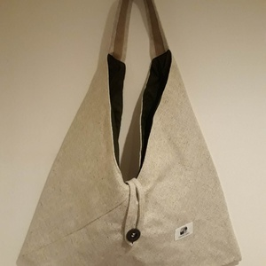 Beige origami háromszög táska, Táska, Divat & Szépség, Táska, Szatyor, Tarisznya, Válltáska, oldaltáska, Varrás, Beige színű vastag erős, kárpitos bútorszövetből készült táska. Bélelve, belül egy cippzáras zsebbel..., Meska
