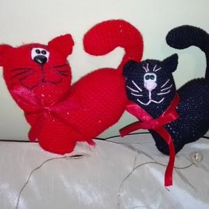 Valentin-napi szív cicapár, Esküvő, Horgolás, A szerelmesek egyik kedvence: a szív alakú cicapár. 1 db piros és 1 db fekete cica, a piros műszálas..., Meska