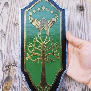 Faramir mini pajzs, Gyűrűk Ura, A hobbit, falidísz, Göndör, Boromir, Aragorn, szülinap, ajándék, Otthon & Lakás, Dekoráció, Falra akasztható dekor, Festett tárgyak, Szobrászat, Faramir mini pajzs a Gyűrűk Ura filmekhez és könyvekhez kapcsolódik. Egyedi, kézzel készült műgyantá..., Meska