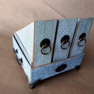 Antik hatású, kartonból készült asztali tartó, Otthon & lakás, Lakberendezés, Tárolóeszköz, Doboz, Dekoráció, Papírművészet, Bármely íróasztal dísze lehet az antik hatású irattartó. Karton alapra készült ez a három rekeszes k..., Meska