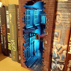 Könyvtámasz, Otthon & Lakás, Dekoráció, Könyvtámasz, Famegmunkálás, Egy mesevilág elevenedik meg a könyvespolcon a könyvek között ebben a különleges könyvzugban. A képe..., Meska