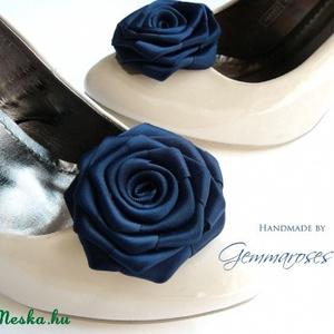 Feketés kék cipőklipsz, Táska, Divat & Szépség, Cipő, papucs, Varrás, Ékszerkészítés, Feketés kék árnyalatú rózsa cipőre. (Szinte csak a napfényben adja ki igazán a kék árnyalatot, annyi..., Meska