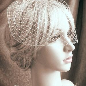 Kalitkafátyol - egy fésűs ( birdcage veil ), Otthon & lakás, Esküvő, Dekoráció, A törtfehér háló egészen finom szövésű, de nagyon jó a tartása. Nem gyűrődik! Közepén egy ezüst szín..., Meska