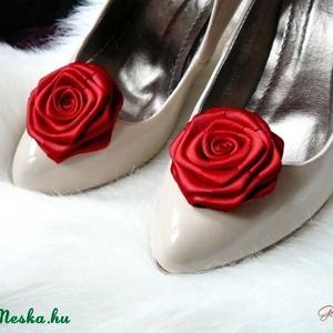 Menyecske cipőklipsz, Esküvő, Táska, Divat & Szépség, Cipő, papucs, Cipő, cipőklipsz, Menyecske cipőklipsz, melyet kiváló minőségű szaténból készítettem, így a virágok egészen plasztikus..., Meska