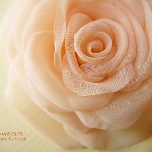 Barackos egyszínű rózsa - bross és hajcsat RENDELHETŐ, Esküvő, Táska, Divat & Szépség, Hajdísz, ruhadísz, Egészen visszafogott, barackrózsaszín organza szirmok alkotják ezt a virágot.   (ha színátmenetest s..., Meska