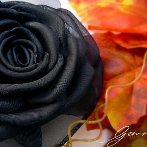 Éj királynője rózsa - kitűző/hajcsat, Táska, Divat & Szépség, Hajbavaló, Ruha, divat, Hajcsat, Varrás, Ennek a fekete, klasszikus organzarózsának minden egyes szirmát magam alakítottam, varrtam.\n\nSzíne r..., Meska