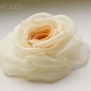 Átmenetes barack rózsa - kitűző/hajcsat, Ékszer, Kitűző, bross, Ennek a barack-ekrü, klasszikus rózsának minden egyes szirmát magam alakítottam, varrtam. (boltomban..., Meska