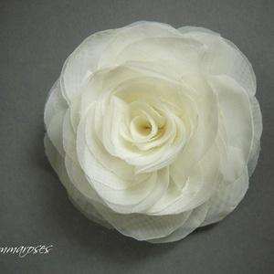 Stilizált rózsa - ekrü, Táska, Divat & Szépség, Ruha, divat, Hajbavaló, Hajcsat, Varrás, Rendelhető! Stilizált formájú textil rózsa.  (Fehér vagy sötétebb ekrü árnyalatban is kapható!) \n \nH..., Meska