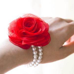 Piros rózsás gyöngysoros karkötő, Ékszer, Kitűző, bross, Gumis alapra készül ez a rózsa-karkötő. (Dupla gyöngysor.)  A rózsa mérete 7cm.    A színt egyezteth..., Meska