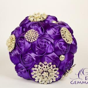 Lila bross-csokor, Esküvő, Otthon & lakás, Esküvői csokor, Dekoráció, Ünnepi dekoráció, Csokor, Rendhagyó menyasszonyi csokor kézzel készült virágokkal, gyöngy- és kristályberakásos brossokkal. Sz..., Meska