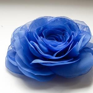 Kék stilizált  rózsa - kitűző/hajcsat, Ékszer, Kitűző, bross, Ennek a sötétkék, klasszikus textilrózsának minden egyes szirmát magam alakítottam, varrtam.   Hátol..., Meska