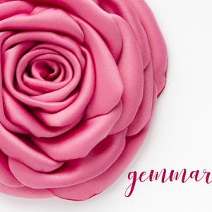 Rózsaszín szaténrózsa - kitűző/hajcsat, Esküvő, Táska, Divat & Szépség, Hajbavaló, Ruha, divat, Hajcsat, Varrás, Ennek a klasszikus formájú textil rózsának minden egyes szirmát magam alakítottam, varrtam. \n\nIdeáli..., Meska