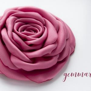 Rózsaszín szaténrózsa - kitűző/hajcsat (gemma) - Meska.hu