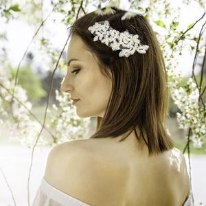 Menyasszonyi csipke - fejdísz  ekrü gyönggyel, Esküvő, Hajdísz, ruhadísz, Egyedi menyasszonyi hajdísz kiváló minőségű csipke alapon, kézi gyöngyözéssel.   (Ekrü gyöngyözés)  ..., Meska
