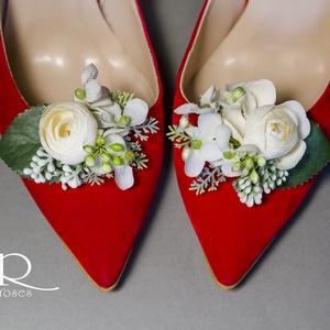 Virágos cipőklipsz, Esküvő, Cipő, cipőklipsz, Ez a cipőklipsz kész, apró virágokból áll össze egy kis zölddel megbolondítva.  Tökéletes kiegészítő..., Meska