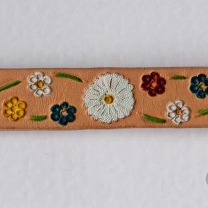 Tavaszváró virágos bőr karkötő, Táska, Divat & Szépség, Ékszer, Karkötő, Bőrművesség, Ékszerkészítés, A karkötőt 2 mm vastag valódi marhabőrből készítettem.\nPoncolással és véséssel díszítettem.\nCsuklómé..., Meska